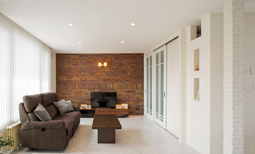 <p>レンガの壁が映える家へ</p>